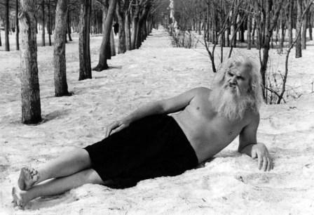 Парфирий Иванов лежит на снеге