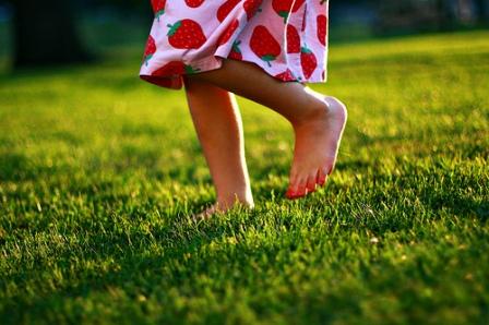 Ходить босиком по земле